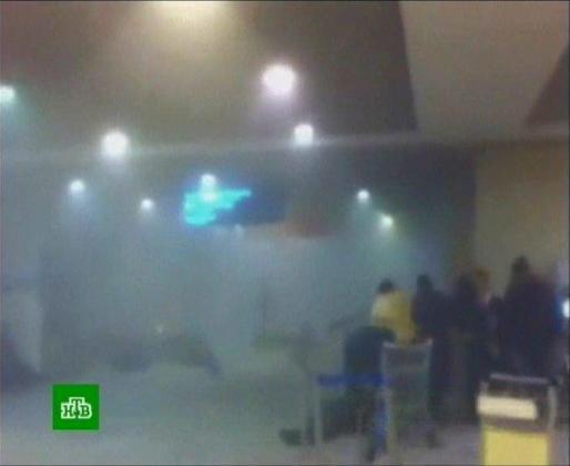 Imagen captada de la televisión rusa NTV en la que se ve el humo en el interior de la terminal del aeropuerto de Domodedovo, Moscú, Rusia, lunes 24 de enero de 2011. Al menos 35 personas han muerto y otras 130 han resultado heridas en un atentado terrorista cometido por un suicida en el aeropuerto.