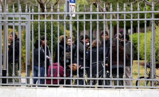 Momento de la concentración en protesta por el desalojo.