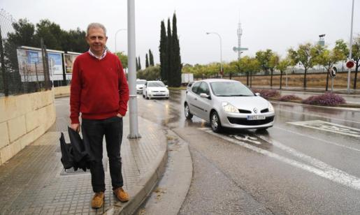 El director de primaria de Montesion, Pere Vila, en uno de los pasos de cebra conflictivos.