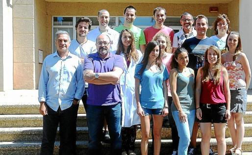 Xavier Busquets y Pablo Escribá, a la izquierda, junto a su grupo de investigadores en una imagen de 2014.