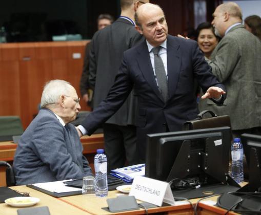 El ministro español de Economía y Competitividad, Luis de Guindos (dcha), conversa con el ministro alemán de Finanzas, Wolfgang Schäuble, durante una reunión de ministros de Finanzas del Eurogrupo en la sede del Consejo Europeo en Bruselas.
