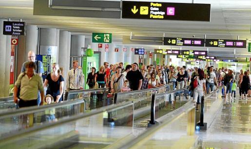 En concreto, en el mes de marzo, 325.263 turistas extranjeros visitaron las Islas, lo que supone una caída del -17,0 por ciento en relación al año anterior.