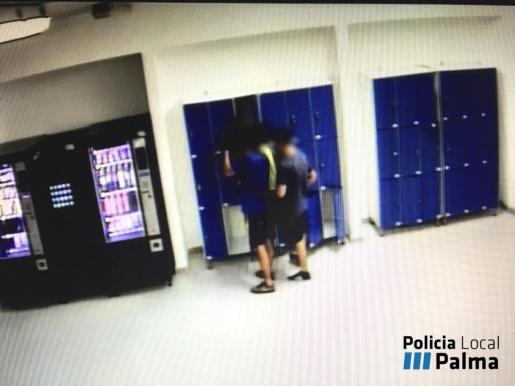 Imagen de los dos jóvenes violentando una de las taquillas de las que se sustrajeron efectos personales.