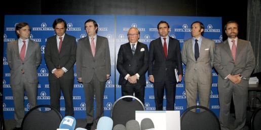 Fotografía de archivo del 17/02/2011 del patriarca de Nueva Rumasa, el ya fallecido José María Ruiz Mateos (c), junto a seis de sus hijos, al inicio de una rueda de prensa.