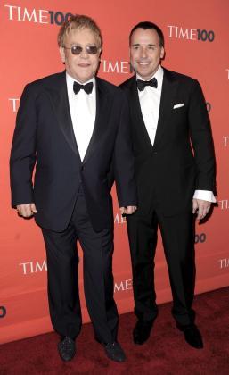 Fotografía de archivo tomada el 4 de mayo de 2010 que muestra al cantante británico Elton John (iza) y a su marido el director de cine canadiense, David Furnish (dcha), en la gala Time 100 en Nueva York.