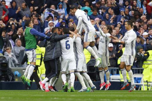 Los jugadores del Real Madrid celebran el gol marcado por su compañero Marcelo.