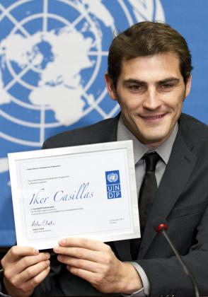 El guardameta y capitán de la selección española de fútbol y del Real Madrid, Iker Casillas, posa con su diploma durante la ceremonia en la que fue nombrado embajador de buena voluntad del Programa de Naciones Unidas para el Desarrollo.