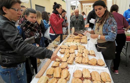 Los asistentes pudieron elegir entre una gran variedad de 'llonguets', con rellenos que iban de la tradicional sobrasada al 'frit' mallorquín.