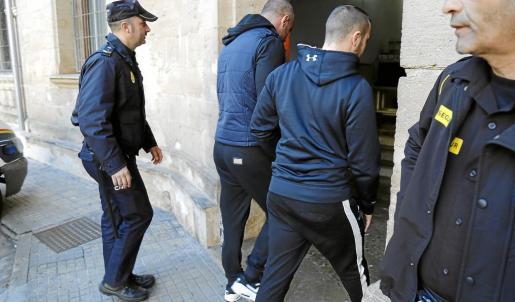 Imagen de los boxeadores búlgaros Ruisi I. y Radostin M. el día de su pase a disposición judicial.