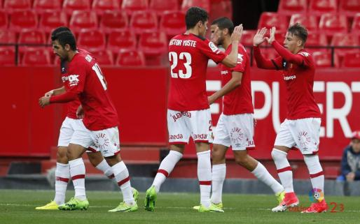 Los jugadores del Mallorca celebran el primer gol del equipo.