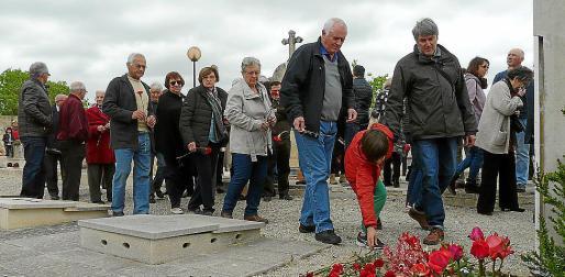 Los asistentes depositaron claveles junto a la lápida dedicada a los republicanos asesinados.