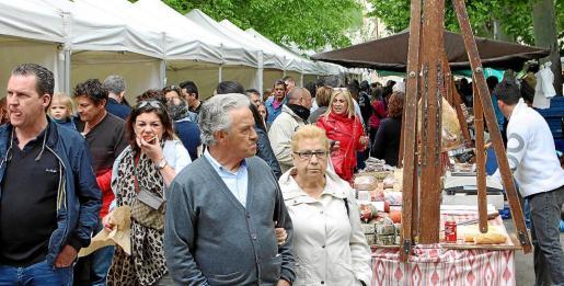 Miles de personas se pasearon durante todo el día de ayer por la concurrida feria centenaria de Santa Maria.