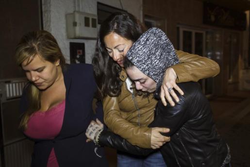 La joven hispano-argentina María Jimena Rico Montero (d), que estaba retenida en Estambul tras ser localizada después de varios días desaparecida junto a su novia egipcia, Shaza Ismail, abraza a su hermana, María del Valle, a su llegada en buen estado a Torrox (Málaga), donde reside su familia.