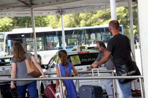 Unos turistas hacen cola en la parada de taxis del aeropuerto de Palma.