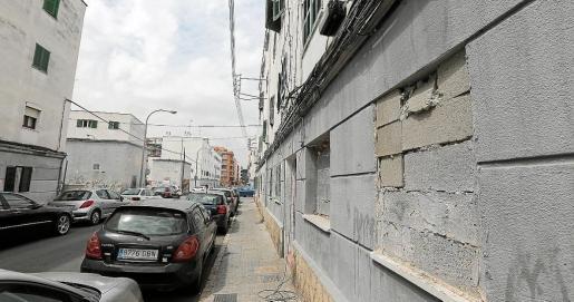 Imagen de un edificio con los bajos tapiados en el barrio palmesano de Corea.