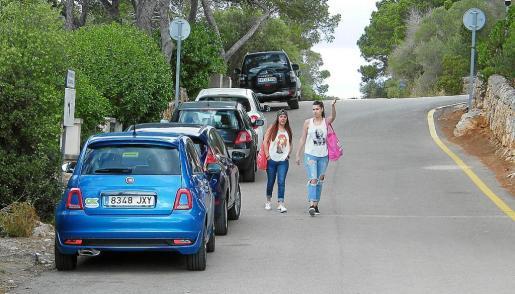 Dos visitantes dejaron el coche fuera de la zona demarcada exclusiva para residentes.