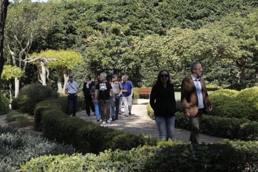 Algunos de los primeros visitantes de los jardines de Marivent, paseando por el recinto habilitado.