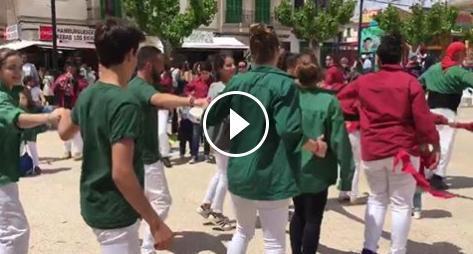 Pequeños y mayores de las dos 'colles' mallorquinas bailan después de la actuación en la Fira de Ses Salines.