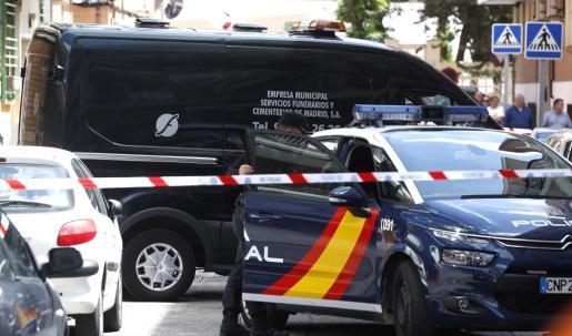 Una furgoneta de los servicios funerarios aparca ante el número 12 de la calle Dos de Mayo de la localidad madrilleña de Alcobendas, donde una mujer de 44 años y su hijo de 12 han sido asesinados con un arma blanca.