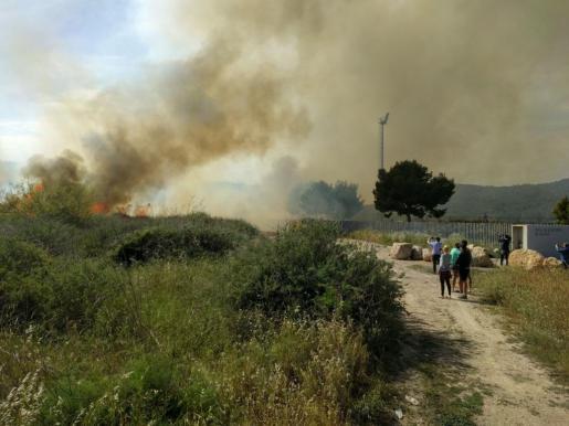 Turistas fotografiando el incendio.