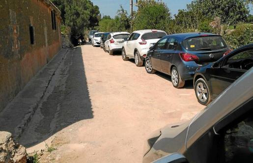 La imagen muestra la saturación de vehículos en el camino de Son Josep de Baix que conduce hasta el Caló des Serral y otras playas vírgenes de la zona.