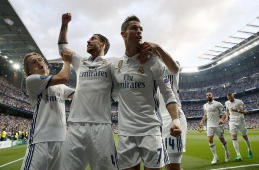 El delantero portugués del Real Madrid Cristiano Ronaldo celebra uno de sus gole con sus compañeros.