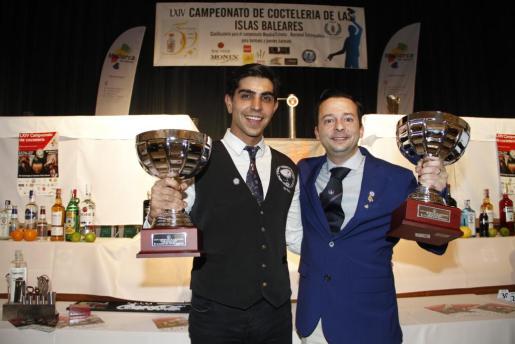 Alberto Pons, ganador en la categoría Jóvenes Barmans y Fernando Calderón, ganador en Barmans, con sus trofeos.