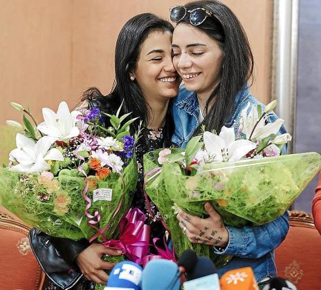 La egipcia Shaza Ismail, junto a su novia, la hispano-argentina María Jimena Rico.