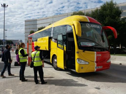 Imagen de uno de los autocares que este miércoles han empezado a conectar el aeropuerto con las distintas zonas turísticas de la Isla.
