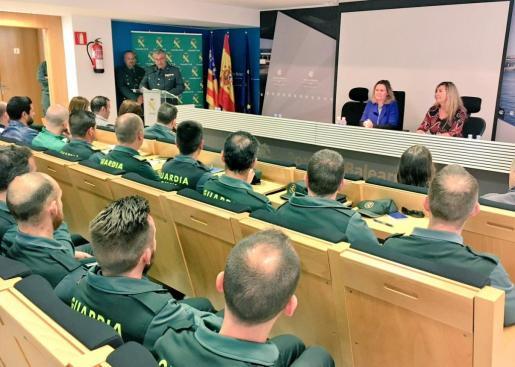 Maria Salom, Patricia Gómez; y el coronel jefe de la Guardia Civil en Baleares, Jaume Barceló, en la inauguración de unas jornadas sobre sanidad y consumo que organiza el instituto armado.
