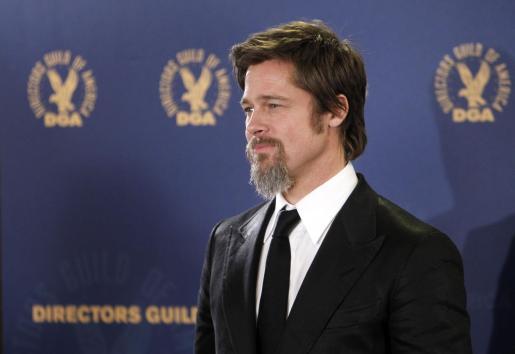 Brad Pitt posando para la prensa en la gala de premios.
