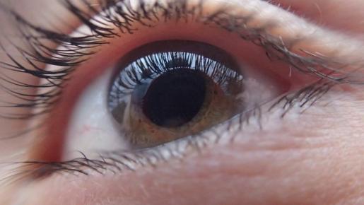 La mujer perdió la visión en su ojo izquierdo tras la paliza.
