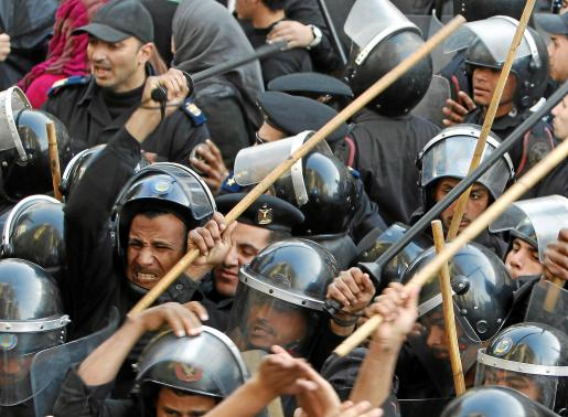 Las protestas de ayer desbordaron a los agentes, que respondieron con gran violencia.