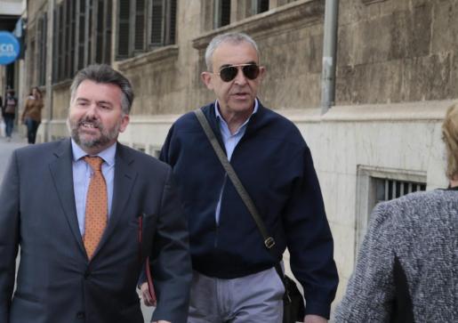 Santiago Fiol, a la izquierda, llegando a los juzgados.