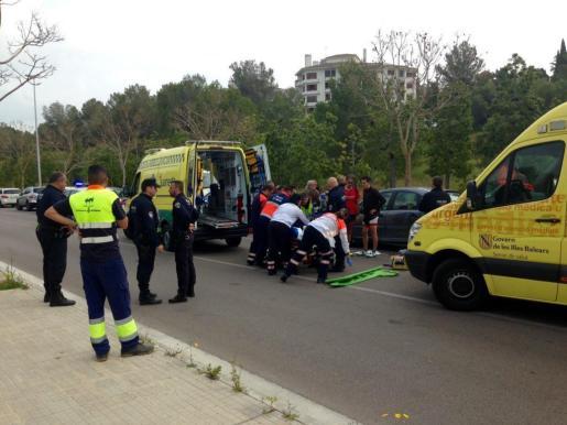 Imagen de los sevicios sanitarios atendiendo a la alumna de Madre Alberta tras el accidente.