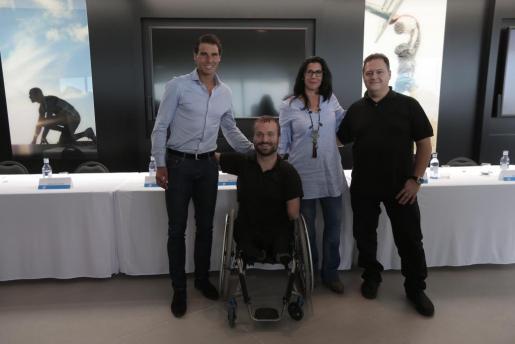 Nadal posa junto a los tres ponentes del congreso: Kyle Maynard, Marta Andreu y Juan Pablo Escobar.