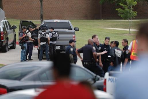 Agentes de policía se reúnen a las afueras del colegio North Lake College tras el tiroteo.