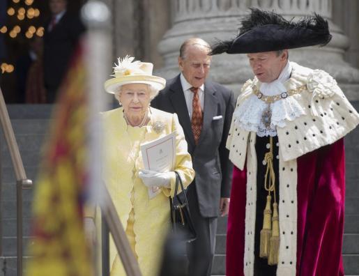 La reina de Inglaterra Isabel II (I) y su marido, el duque Felipe de Edimburgo (C), en una imagen de archivo.