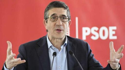 Sus colaboradores, encabezados por el ex secretario de Organización Óscar López, han sido los primeros en llegar a Ferraz, llevando los avales en un total de seis cajas.