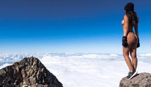 La modelo Jaylene Cook en lo alto del monte Taranaki.