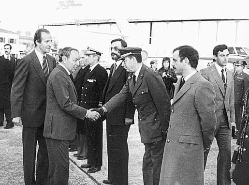 El rey Juan Carlos acompaña a Hassan II mientras este saluda a autoridades en su llegada a Mallorca en una visita en los primeros años de la década de los 80.
