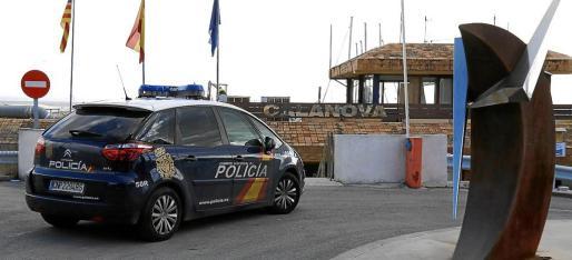 Imagen de archivo de un coche de la Policía Nacional entrando en el puerto de Calanova.
