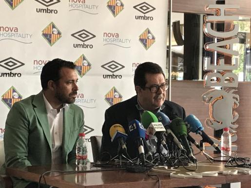 El presidente del Palma Futsal, Miquel Jaume, y de su director deportivo, José Tirado, en rueda de prensa.