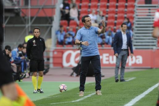 Sergi Barjuan da instrucciones durante un partido.