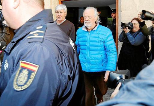 Tolo Sbert y Tolo Cursach, conducidos al vehículo policial.