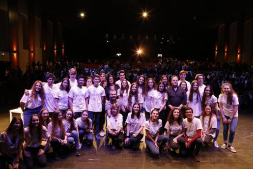 Kyle Maynard, Marta Andreu y Juan Pablo Escobar junto a algunos de los jóvenes que asistieron al congreso.
