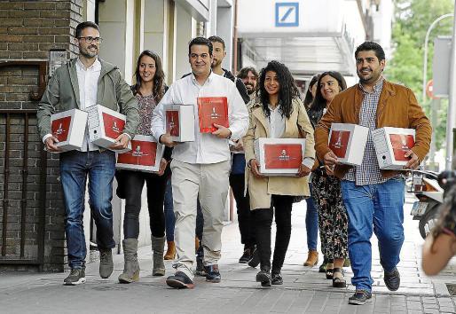 El equipo de Susana Díaz llega a la sede de Ferraz con los avales.
