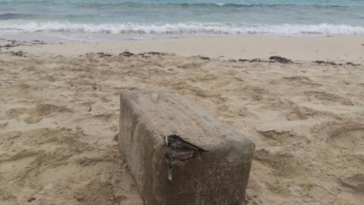 El fardo de hachís localizado ayer por la mañana por un vecino en la playa de es Pujols.