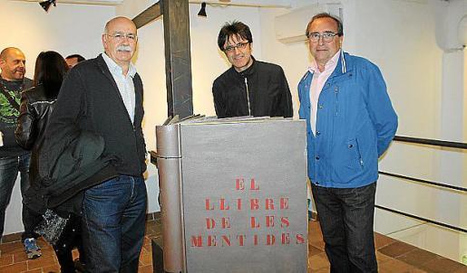 Vicenç Palmer, Amable Villarroel y Miguel Ángel Benito ante el Llibre de les Mentides.