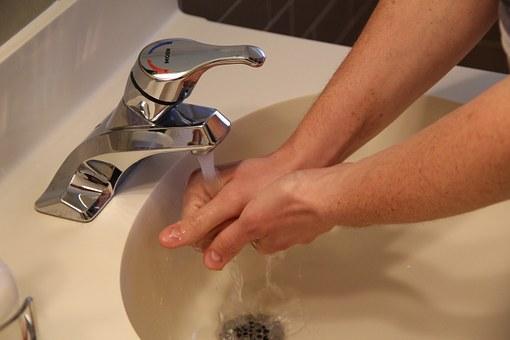 Es recomendable lavarse las manos antes de manipular alimentos.